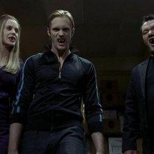 Kristin Bauer, Alexander Skarsgard e Patrick Gallagher in una scena dell'episodio 'Keep This Party Going' della seconda stagione di True Blood