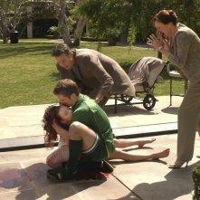 Duncan (Teddy Dunn) sorregge il corpo esanime di Lilly (Amanda Seyfried) con affianco i genitori nell'episodio 'La confessione' della serie Veronica Mars