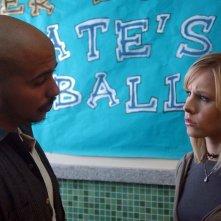 Kristen Bell parla con Francis Capra in una scena dell'episodio 'Visita dal dentista' della serie Veronica Mars