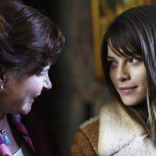 Lauren German e Linda Kash nel pilot di Happy Town