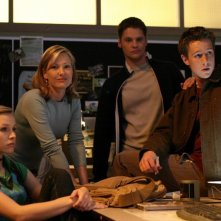 Veronica (K. Bell), Geena Stafford (J. L. Adams), Duncan (T. Dunn) e Logan (J. Dohring) nell'episodio 'Allarme bomba' di Veronica Mars