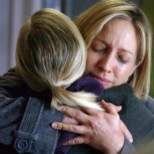 Veronica (Kristen Bell) abbraccia la madre Lianne (Corinne Bohrer) nell'episodio 'Il vero padre' di 'Veronica Mars'