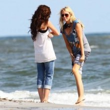 Miley Cyrus (di spalle) e sua madre Leticia 'Tish' Cyrus sul set di The Last Song