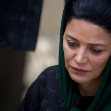 Shohreh Aghdashloo in una scena del film The Stoning of Soraya M