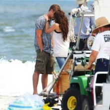 Un bacio per Miley Cyrus e Liam Hemsworth sul set del film The Last Song