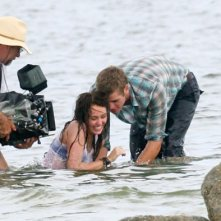 Una sorridente Miley Cyrus accanto a Liam Hemsworth sul set di The Last Song