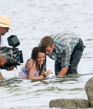 Una sorridente Miley Cyrus accanto a Liam Hemsworth sul set di The Last Song