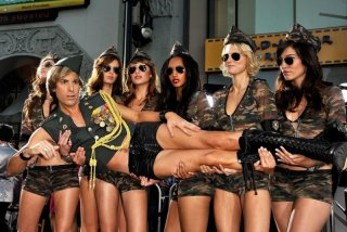 Brüno! (Sacha Baron Cohen) insieme a un gruppo di volitive soldatesse alla premiere di Los Angeles in una posa da far impallidire la Carrà dei tempi d'oro