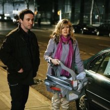 Derek Riddell ed Ashley Jensen in una scena dell'episodio The Born Identity di Ugly Betty