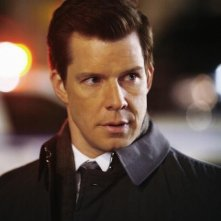 Eric Mabius in una scena dell'episodio The Born Identity di Ugly Betty