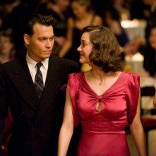 Johnny Depp e Marion Cotillard in una scena del film Nemico pubblico