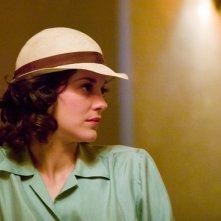 Marion Cotillard è Billie Frechette nel film Nemico pubblico