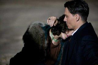 Marion Cotillard e Johnny Depp in una romantica immagine del film Nemico pubblico