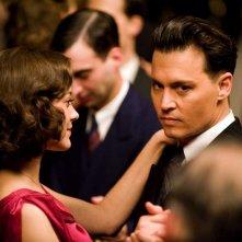 Marion Cotillard e Johnny Depp in una scena del film Nemico pubblico