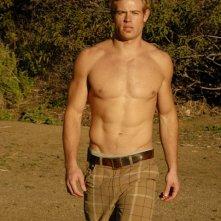 Una foto del modello e attore Trevor Donovan a torso nudo