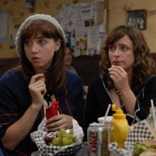 Zoe Kazan e Rachel Dratch in una scena del film I Hate Valentine's Day