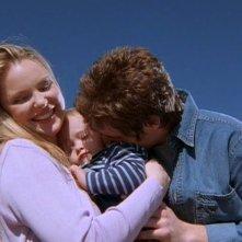 Brendan Fehr (Michael) e Katherine Heigl (Isabel) con il loro bambino in una scena dell'episodio 'Il simbolo' del telefilm Roswell
