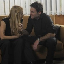 Chris Vance e Jaime Ray Newman in una scena dell'episodio House of Mirrors della serie Mental