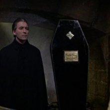 Christopher Lee e Barbara Ewing in una scena del film Le amanti di Dracula