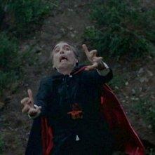 Christopher Lee in una sequenza del film Le amanti di Dracula