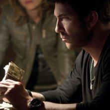 Dylan McDermott e Nicki Aycox (sullo sfondo) nel pilot della serie Dark Blue