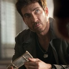 Dylan McDermott in una scena del pilot della serie Dark Blue