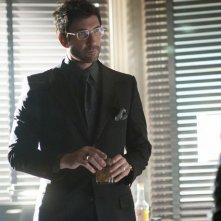 Dylan McDermott in una scena del primo episodio della serie Dark Blue