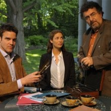 Eddie McClintock, Joanne Kelly e Saul Rubinek nel pilot della serie Warehouse 13