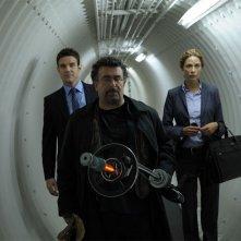 Eddie McClintock, Joanne Kelly ed Saul Rubinek in una scena del pilot della serie Warehouse 13