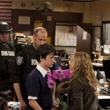 Holly Hunter e Dylan Minnette in una scena dell'episodio Watch Siggybaby Burn di Saving Grace