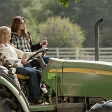 Holly Hunter e Laura San Giacomo in una scena dell'episodio Watch Siggybaby Burn di Saving Grace