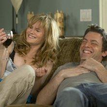 Justin Kirk e Jennifer Jason Leigh in una scena dell'episodio Machetes Up Top di Weeds