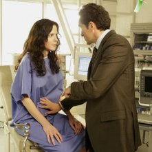 Mary-Louise Parker e Demian Bichir in una scena dell'episodio Wonderful Wonderful di Weeds