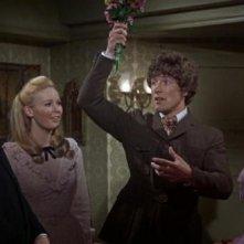 Rupert Davies con Veronica Carlson e Marion Mathie in una scena del film Le amanti di Dracula