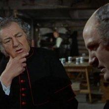 Rupert Davies e Ewan Hooper in una scena del film Le amanti di Dracula
