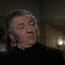 Rupert Davies è Monsignor Ernest Mueller nel film Le amanti di Dracula