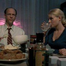 Tess (Emilie de Ravin) e il padre Ed (Jim Ortlieb) a cena con Liz nell'episodio 'Tess, bugie e videotape' di Roswell