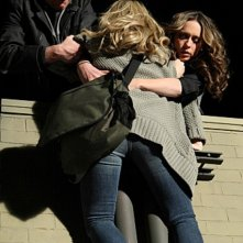 Jennifer Love Hewitt con Jamie Kennedy e Hilary Duff (di spalle) nell'episodio Thrilled to Death della quarta stagione di Ghost Whisperer