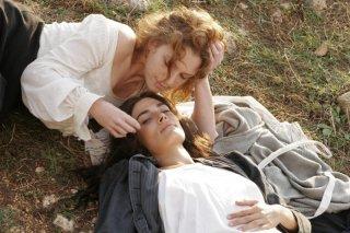 Isabella Ragonese e Valeria Solarino sono Angela e Sara in una sequenza del film Viola di Mare