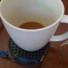 Una foto scattata da Jackie Earle Haley sul set di Nightmare e diffusa via Twitter. Accanto alla tazza di caffè c'è un dettaglio inconfondibile sul personaggio interpretato dall'attore.