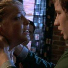 Brendan Fehr (Michael) cerca di calmare Katherine Heigl (Isabel) nell'episodio 'La stanza bianca' della serie Roswell