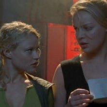 Emilie de Ravin (Tess) e Katherine Heigl (Isabel) si preparano al contrattacco nell'episodio 'La stanza bianca' della serie Roswell