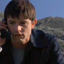 Il clone di Max (Jason Behr) al cellulare in una scena dell'episodio 'Max contro Max' della serie Roswell