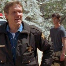 Jason Behr parla con William Sadler nell'episodio 'Destino' della prima stagione di Roswell