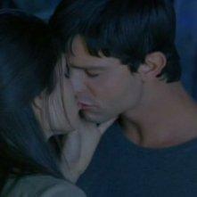 L'ultimo bacio tra Liz (Shiri Appleby) e Max (Jason Behr) nell'episodio 'Destino' della prima stagione Roswell