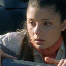 Liz (Shiri Appleby) visibilmente spaventata nella puntata 'Max contro Max' del telefilm Roswell