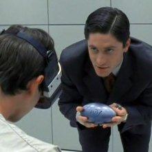 Max (Jason Behr) interrogato dall'Agente Daniel Pierce (David Conrad) nell'episodio 'La stanza bianca' della serie Roswell