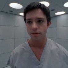 Una ripresa molto da vicino di Max (Jason Behr) nell'episodio 'La stanza bianca' della serie Roswell