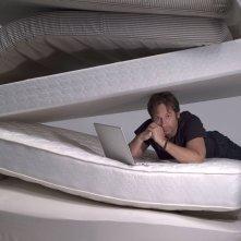 David Duchovny in mezzo ai materassi, in una foto promo per la serie Californication
