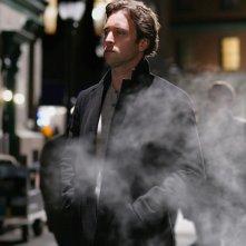 Il protagonista della serie Moonlight, Alex O'Loughlin in una foto promo